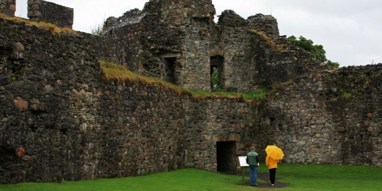6) The building of Inverlochy by the Comyns